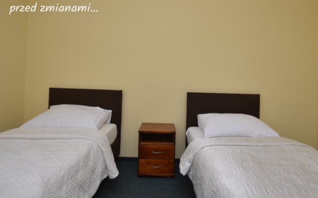 pokój hotelowy z dwoma łóżkami