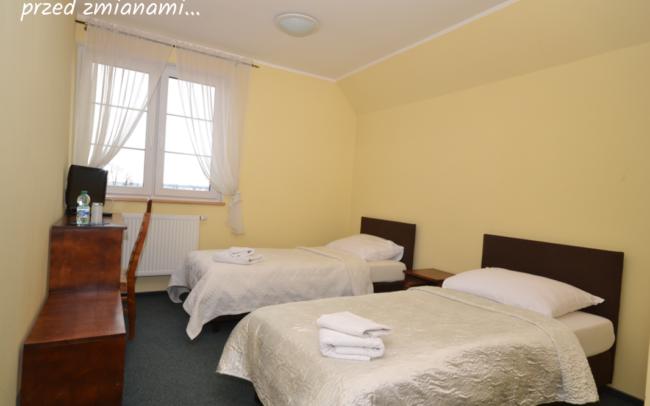 sypialnia hotelowa z dwoma łóżkami