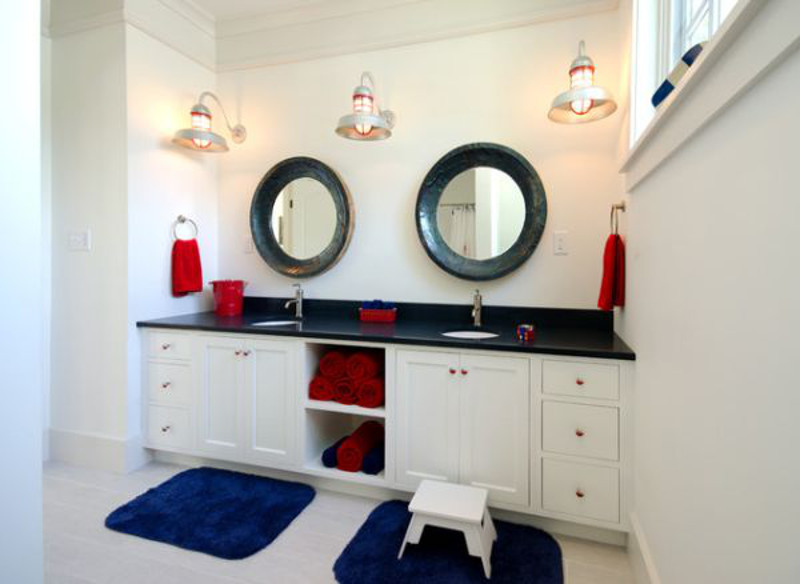 łazienka-w-wstylu-nautical-biało-czerwono-niebieska