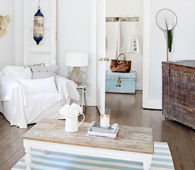 salon-w-stylu-coastal-marynistycznym-biała-sofa-dekoracje-wnętrz