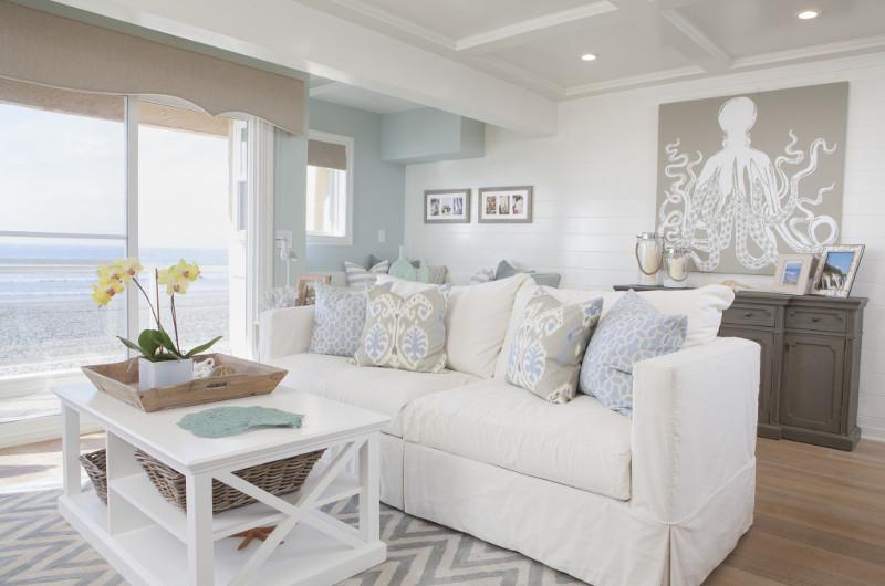 salon-w-stylu-coastal-marynistycznym-biała-sofa