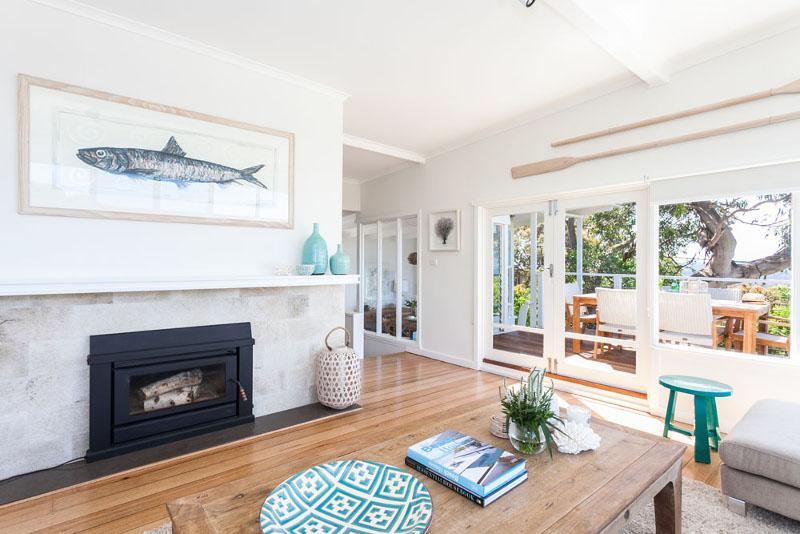 salon-w-stylu-coastal-marynistycznym-obraz-ryba-kominek