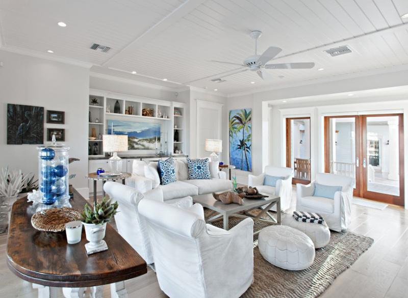 salon-w-stylu-hampton-biało-niebieski-białe-sofy-deski-na-suficie