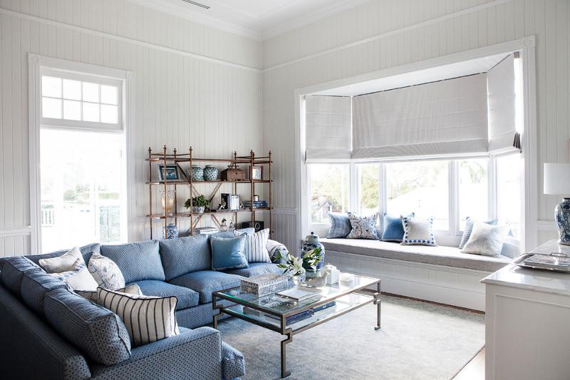 salon-w-stylu-hampton-niebieska-sofa-poduszki